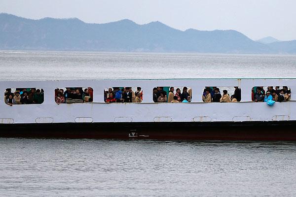 Паром с родственниками пассажиров южнокорейского парома.