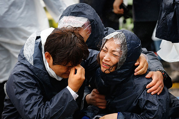Родственники пассажиров затонувшего южнокорейского парома.