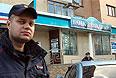 """Сотрудники полиции у входа в отделение банка """"Западный"""" в Белгороде. Утром в понедельник мужчина захватил заложников в белгородском отделении банка """"Западный"""", у которого ЦБ отозвал лицензию."""