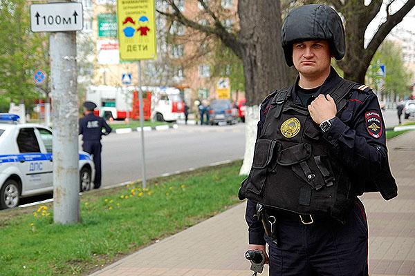 """Сотрудниками полиции блокировано здание банка """"Западный"""" в Белгороде."""