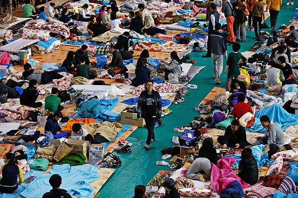 Родственники пропавших без вести пассажиров временно размещены в гимназии в портовом городе Чиндо.