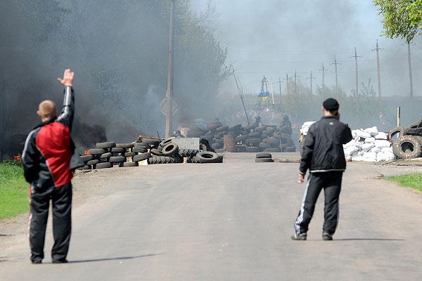 Местные жители перед блокпостом у Комбикормового завода под Славянском.