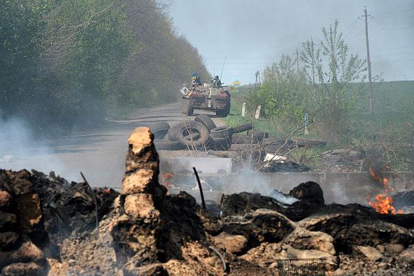 Украинские БТР отходят от блокпоста у Комбикормового завода под Славянском.