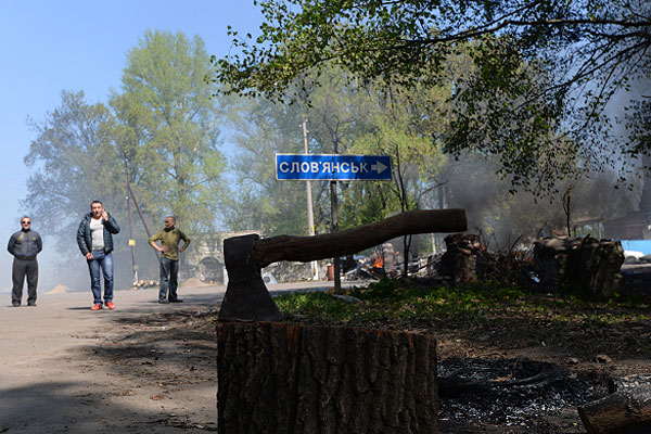 Блокпост у Комбикормового завода под Славянском после того, как от него отошли украинские военные.