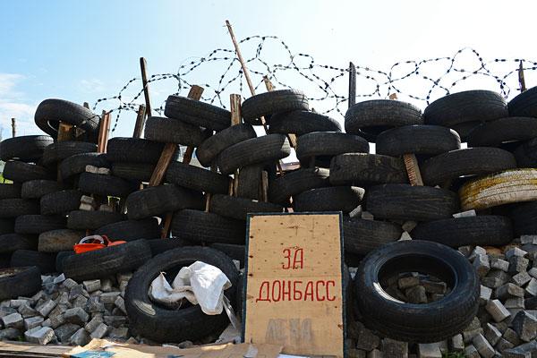 Баррикады у здания областной государственной администрации Донецка.