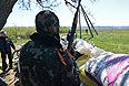 Сторонники федерализации дежурят на блокпосту возле села Былбасовка под Славянском.