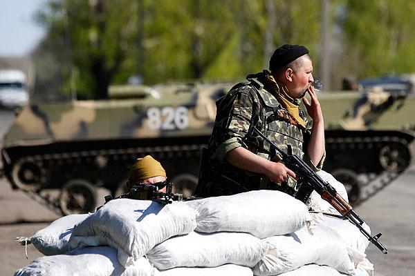 Украинские военнослужащие на бэтээрах, участвующие в спецоперации на востоке страны, на железнодорожном переезде возле села Малиновка в Славянском районе.