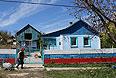 Жительница села Льговка Судакского района с наполненными питьевой водой емкостями.