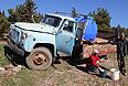 Жители села Морское Судакского района Крыма набирают питьевую воду из цистерн с питьевой водой.