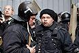 Украинские милиционеры и пожарный перед зданием администрации в Луганске.