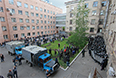 Ополченцы и сотрудники милиции во дворе областной администрации в Луганске, взятой под контроль сторонниками федерализации.