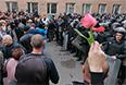 Представители самообороны и сотрудники милиции во дворе здания областной администрации в Луганске, взятой под контроль сторонниками федерализации.