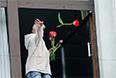 Женщина с цветами в окне здания областной администрации в Луганске, взятом под контроль сторонников федерализации.
