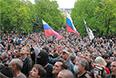Сторонники федерализации перед зданием областной администрации в Луганске.