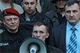 Пророссийские активисты возле здания ГУМВД в Луганской области. Милиционерам находящимся в здании, было предложено покинуть его без оружия.