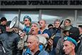 Пророссийские активисты возле здания ГУМВД в Луганской области. Милиционерам, находящимся в здании, было предложено покинуть его без оружия.