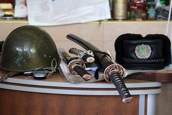 Каска, сувенирные японские мечи и милицейская шапка в здании областной прокуратуры в Луганске, контролируемом сторонниками федерализации.