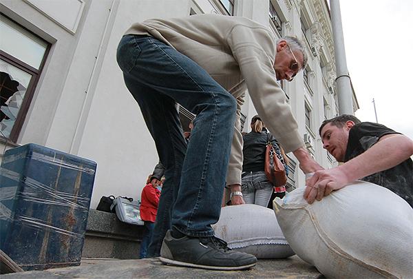 Строительство барикад перед зданием областной администрации в Луганске.