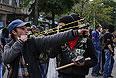 Камни, палки и рогатки в руках участников беспорядков.
