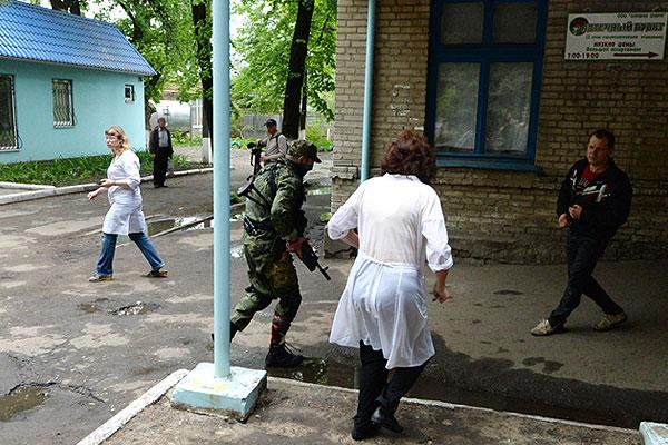 Боец ополчения Донбасса, раненный в ногу во время боев на окраине Славянска.