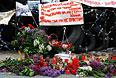 Цветы и свечи в память о погибших в Одессе у окруженного баррикадами здания областной государственной администрации Донецка.