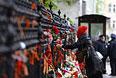 Москвичи возлагают цветы у посольства Украины в память о погибших в Одессе.