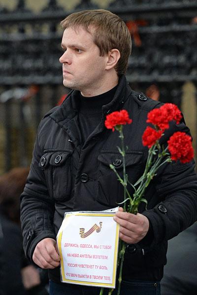 Мужчина у посольства Украины в Москве.