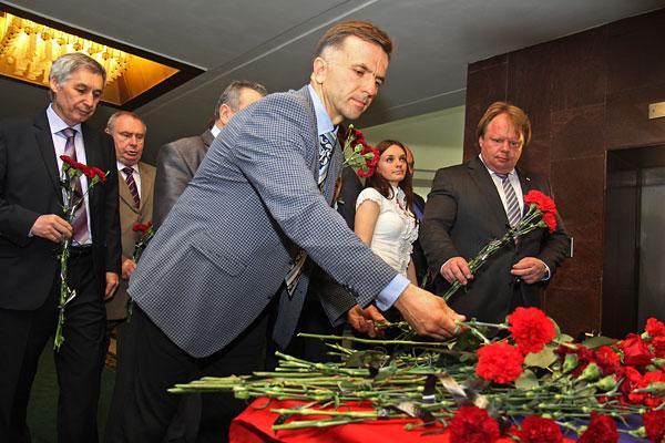 Депутат, советник председателя Государственного совета Республики Крым Анатолий Заиченко (в центре) во время траурного мероприятия в память о погибших в Одессе.