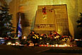 Цветы и свечи у камня Одессы на аллее городов-героев на площади Нахимова в Севастополе.