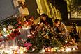 Севастопольцы приносят цветы и свечи к камню Одессы.