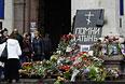 Горожане возлагают цветы в память о погибших в результате пожара в Доме профсоюзов на площади Куликово поле в Одессе.