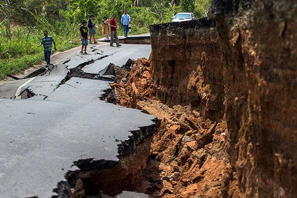 Разрушенная дорога в Чианграе.