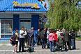 Жители Славянска ждут машину с хлебом у одного из магазинов города.