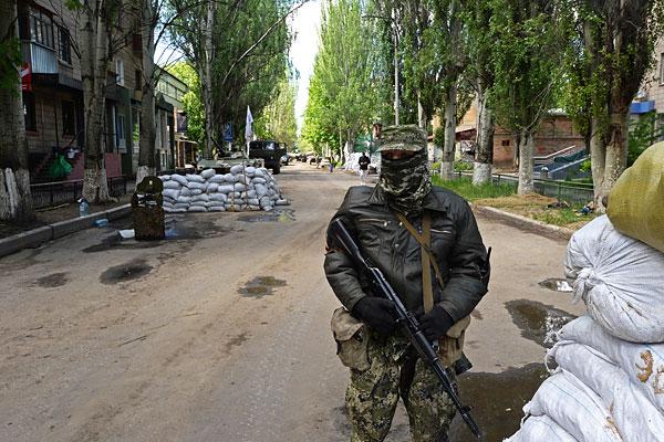 Боец народного ополчения Донбасса у здания Службы безопасности Украины в Славянске.