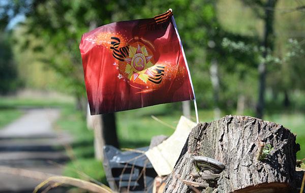 Флаг с орденом и георгиевской ленточкой на баррикадах на одной из улиц Славянска.