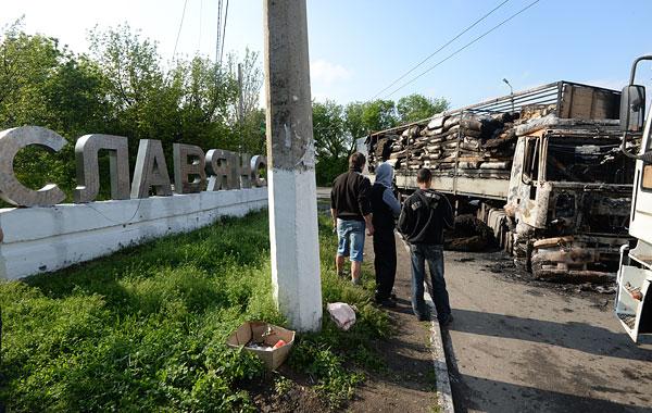 Сгоревший грузовик на окраине Славянска.