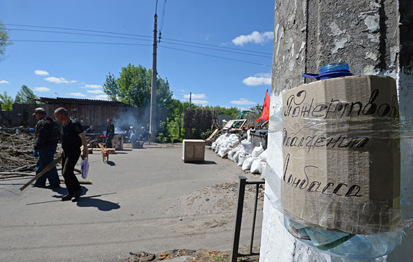 Пятилитровая бутыль для пожертвований ополченцам Донбасса рядом с баррикадами на одной из улиц Славянска.