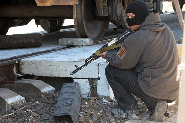 Боец самообороны на блокпосту у железнодорожного переезда в районе села Андреевка.