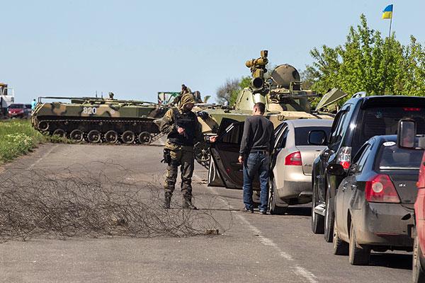 Еще один блокпост под Славянском. На заднем плане флаг Украины.