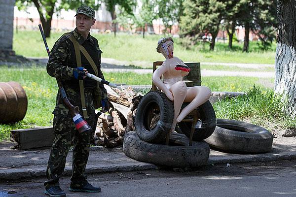 Так выглядит один из блокпостов в самом Славянске.