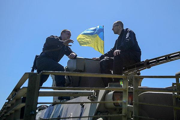 Арсений Яценюк разговаривает с военнослужащим украинской армии.
