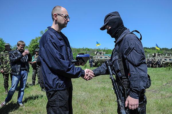 Премьер министр Украины Арсений Яценюк на полигоне под Славянском.