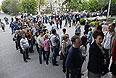 Очередь перед одним из избирательных участков Донецка.