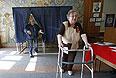 Донецкие пенсионеры на одном из избирательных участков города.