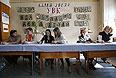 Члены избирательной комиссии на одном из участков Донецка.