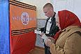 Жители села Самсоновка изучают бюллетени для голосования на референдуме о статусе самопровозглашенной Донецкой народной республики на избирательном участке под Луганском.
