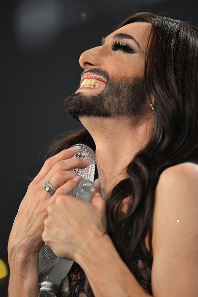 Кончита Вурст с призом во время пресс-конференции по случаю своей победы в 59-ом международном конкурсе песни.