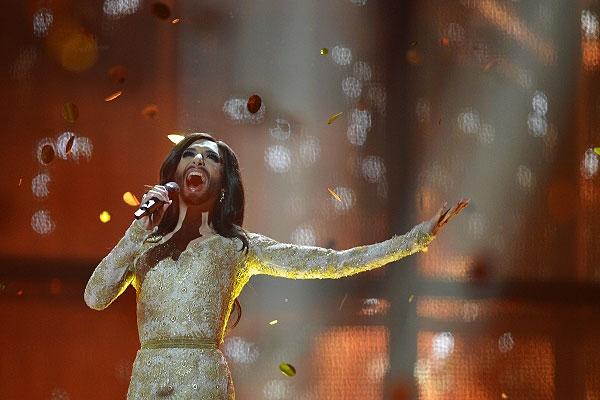 Кончита Вурст исполняет свою победную песню.