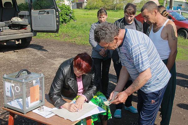 Во время выездного голосования на референдуме о статусе самопровозглашенной Донецкой народной республики в селе Терновое под Луганском.