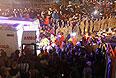 Толпы людей на месте происшествия близ города Сома в провинции Маниса, примерно в 250 км к югу от Стамбула.